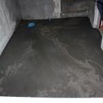 Då var vi äntligen på gång igen efter att arbetet stått still några dagar. Golvet i källaren är numera flytspacklat.