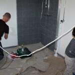 Ny färg inköpt och nu ska väggarna äntligen bli vita. Hugo är förstås med och hjälper till.