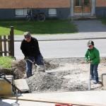 Pappa och Hugo är först ut att börja gräva.