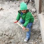 Det är tungt att gräva, men går bra om man är stark som Tuva.