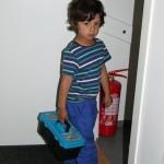 Hugo har hämtat sin verktygslåda och ska ner i källaren och hjälpa Viktor.