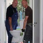 Far och son kastar ut skiten (kunde bara inte låta bli). Som jag har sett fram emot dagen när vi äntligen river ut inredningen på toaletten nere i källaren.