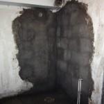 Alex har varit här med en kompis och fixat väggarna i duschen. Tänk så enkelt det är att putsa en vägg när man kan.