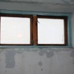 De fixade även hålen kring fönstret.