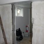 Och hålen efter att vi rivit bort dörrfodret.