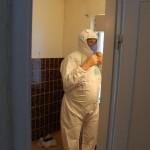 Michael gör sig redo att tiva kaklet som innehåller asbest.