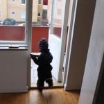 Hugo ska inspektera balkongen från vårt sovrum.